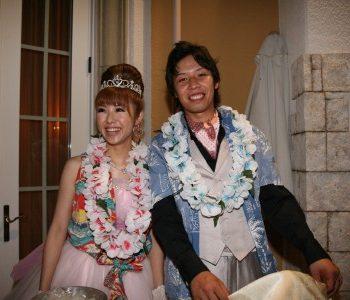 アロハシャツを着てかき氷で夏祭りのような結婚式