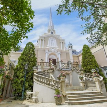 街の中央に佇む教会【サンタムール】