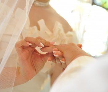 なぜ結婚指輪は左手薬指にするのでしょう!?