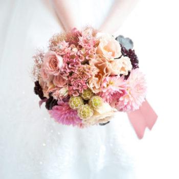 花嫁に寄り添うブーケ