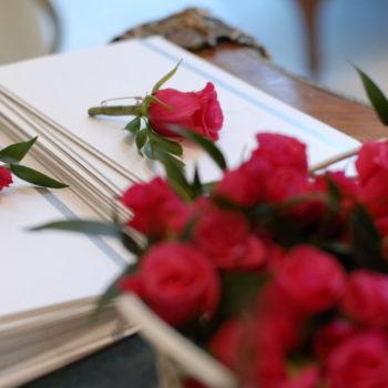 ゲストひとりひとりにバラのプレゼント
