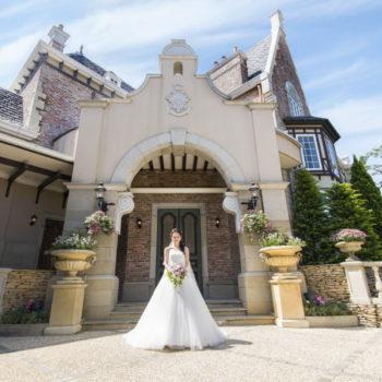 洋館の正面玄関とウェディングドレス姿の花嫁