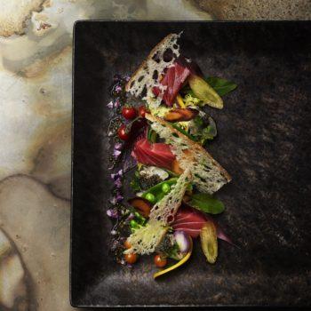 大間の新鮮マグロと彩り季節野菜の前菜
