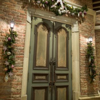 カフェラテ色のレンガが包む正面玄関