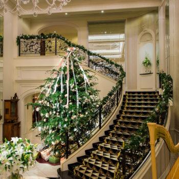 シャンデリア輝くメインロビーの階段とXmasツリー