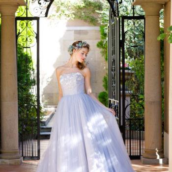 ライトブルーの爽やかなドレス