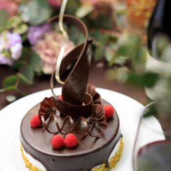 贅沢にチョコレートがけしたケーキ