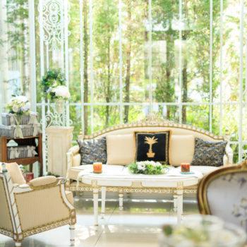リラックスできるリビングルームのソファ