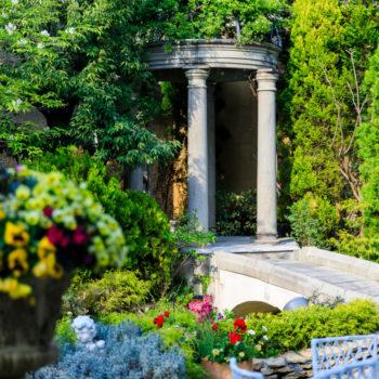 貸切ガーデンに佇む石のガゼボ