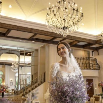 伝統のシャンデリア輝く階段付きのパーティ会場