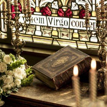 美しいステンドグラスと聖書