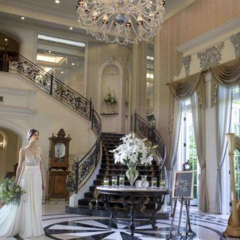 大階段と輝くシャンデリアが特徴のメインロビー