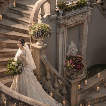 大聖堂からの階段は、より花嫁を美しくさせる
