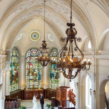 奇跡のステンドグラスが輝く天井の高い大聖堂