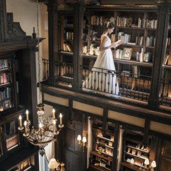 本物の洋古書がならぶ本棚